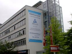 TÜV Rheinland Akademie GmbH-Meshbanner mit Montage