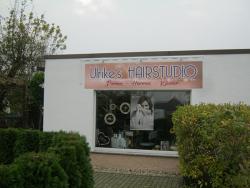 Ulrikes Hairstudio-Fassadenschild mit Beleuchtung